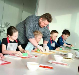 Школа юных кулинаров: уральская лазанья и сливовый пирог